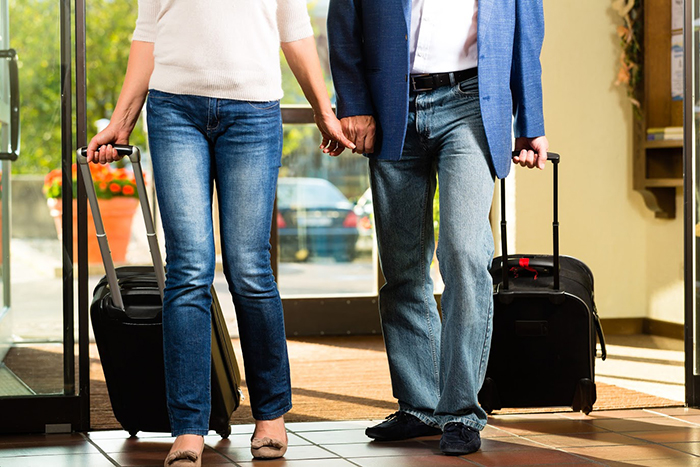 Senior married couple arriving at Hotel,外国人,旅行,旅行者